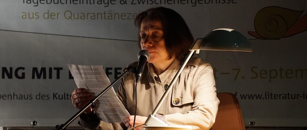 Anne Isabelle Zils liest einen Text vor