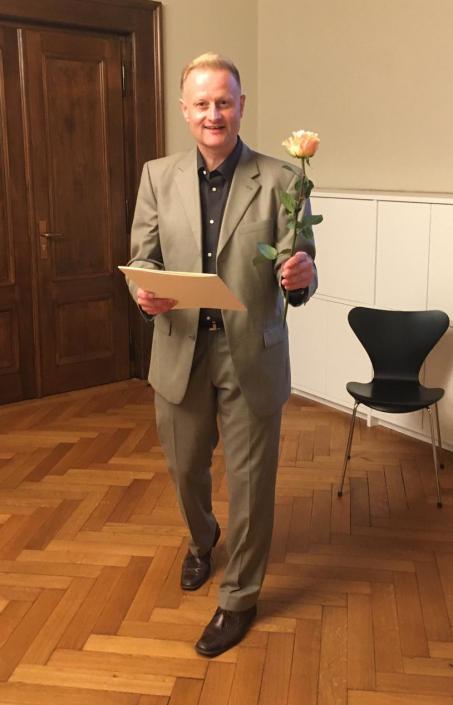 Ein Ehrenamtlicher mit Rose