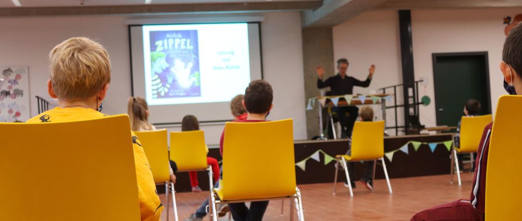 Der Autor Alex Rühle liest in einer Grundschule vor Kindern