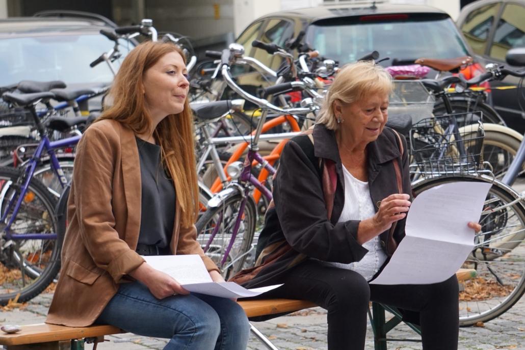 Schreib.Salon YuliyaIvanochko Jutta Waldbrunner auf einer Bank sitzend