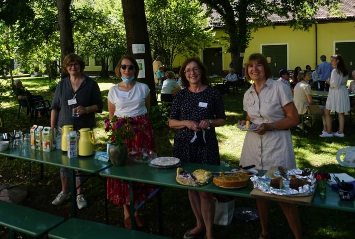 Ehrenamtliche und Mitarbeiterin Katharina Maurer im Einsatz beim GästeCafe an der Kuchentheke