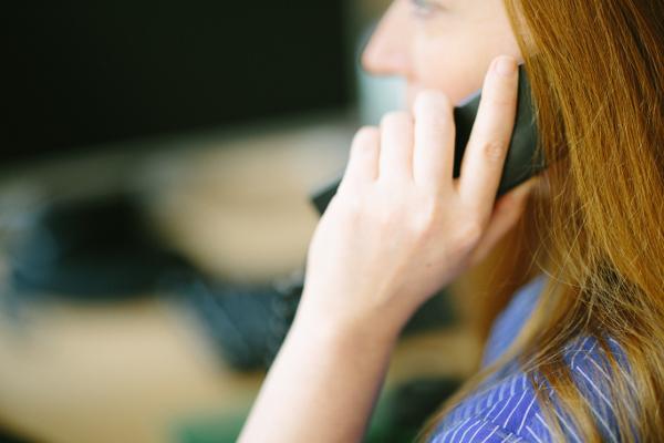 Frau bei der telefonischen Kartenvermittlung