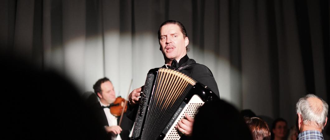 Musiker Anid Bittl spielt Akkordeon