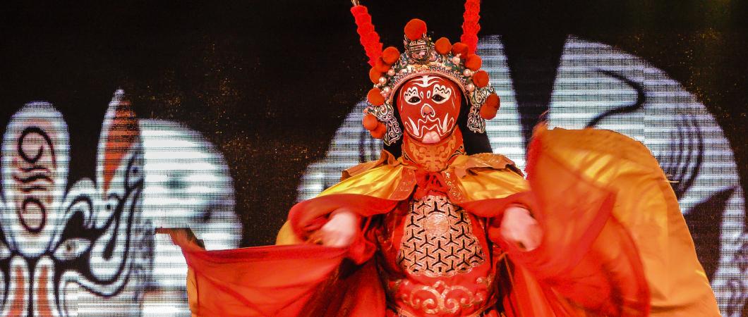 Bühnendarsteller in leuchtend orangem Kostüm
