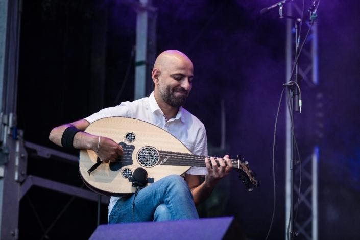 Abathar Kmash vom Ogaro Ensemble spielt Oud