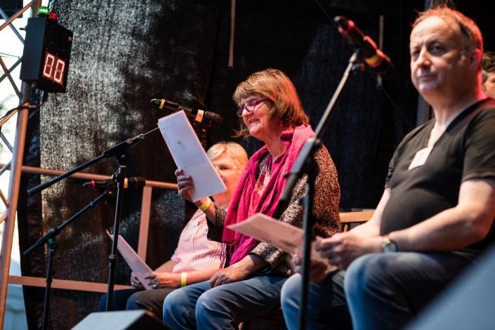 Drei Ehrenamtliche des kulturRaums lesen Dankesbotschaften von KulturGästen vor