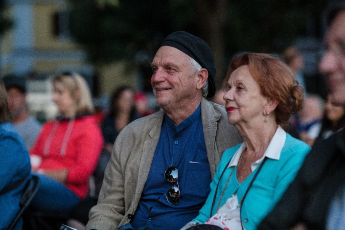 Ein alter Mann und eine alte Frau hören ein Konzert