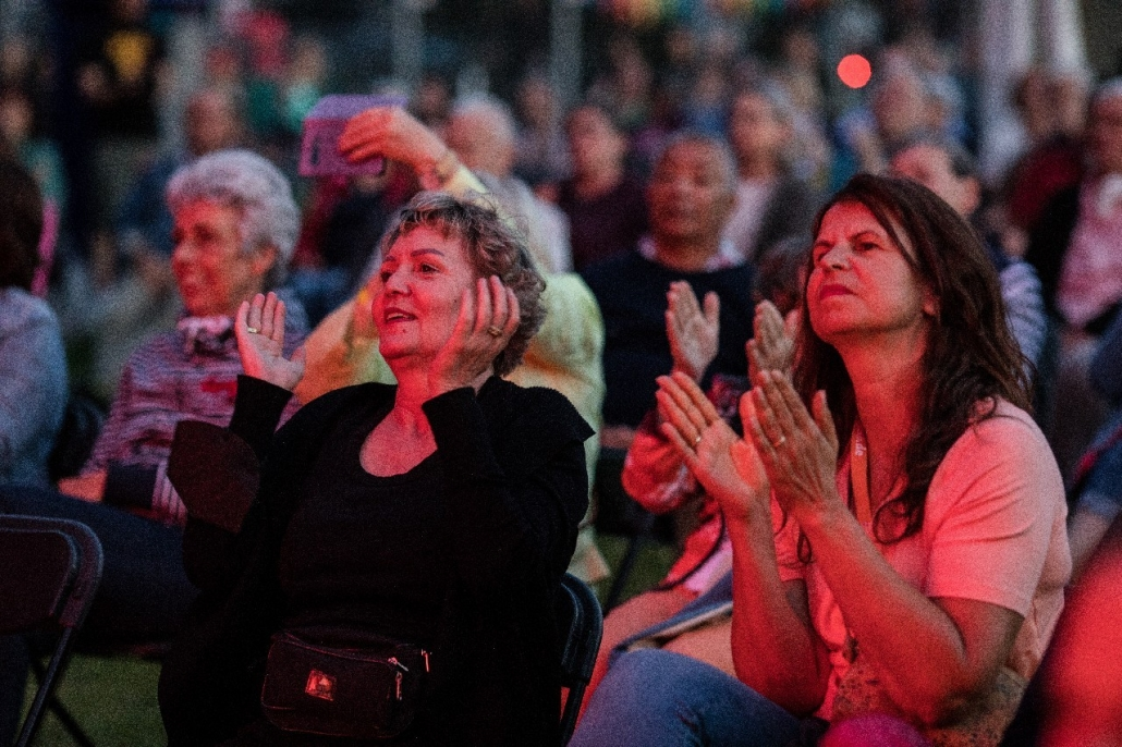 Menschen applaudieren bei einem Konzert