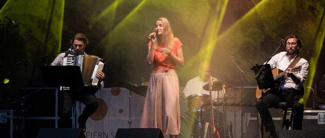 Vier Musiker:innen auf einer Bühne