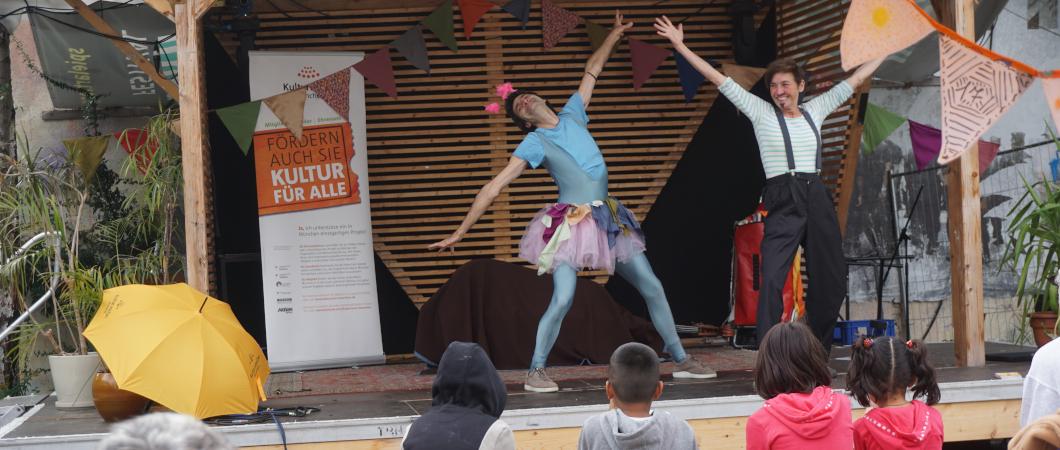 Zwei clowns auf einer Bühne